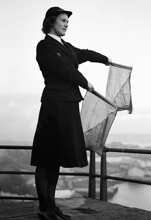 Сигнальщик из WRNS с флагами. 1940 г.