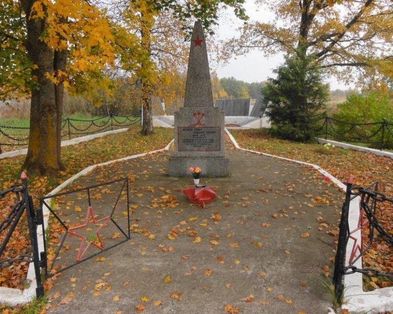Памятник на входе.