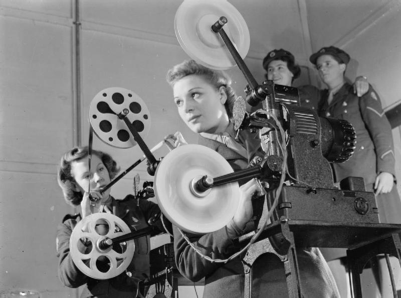 Сотрудницы ATS у кинопроектора. 1940 г.
