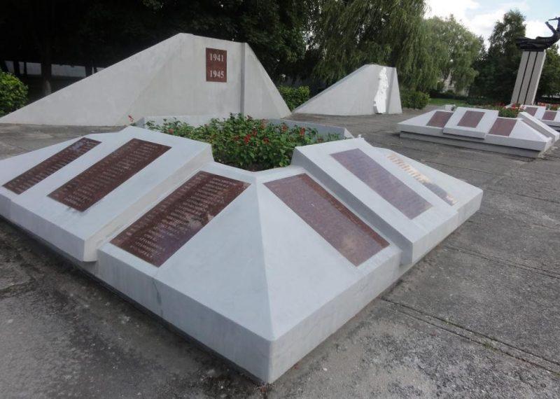 Бетонные надгробия с мемориальными плитами.