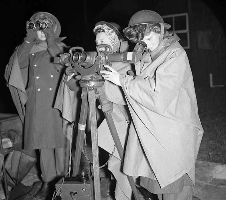 Сотрудницы ATS (Женский вспомогательный территориальный корпус) обслуживают дальномер.1940 г.