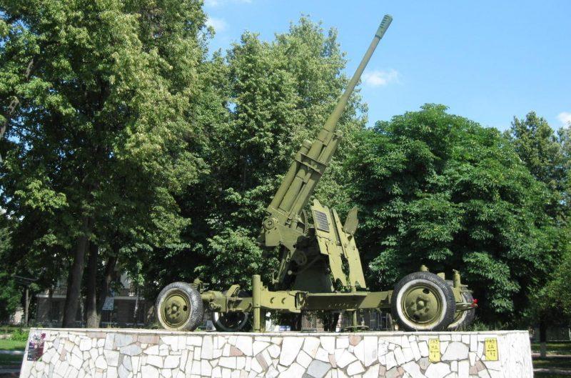 г. Тула. Памятник воинам-зенитчикам 732-го зенитно-артиллерийского полка, установленный в 1966 году по проспекту Ленина.
