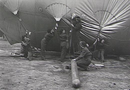 Сотрудницы WAAF (Женская вспомогательная служба ВВС) на площадке запуска аэростатов в центральной Англии. 1940 г.