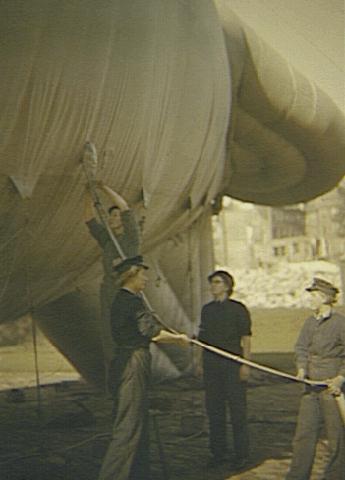 Сотрудницы WAAF на площадке запуска аэростатов в Лондоне. 1940 г.