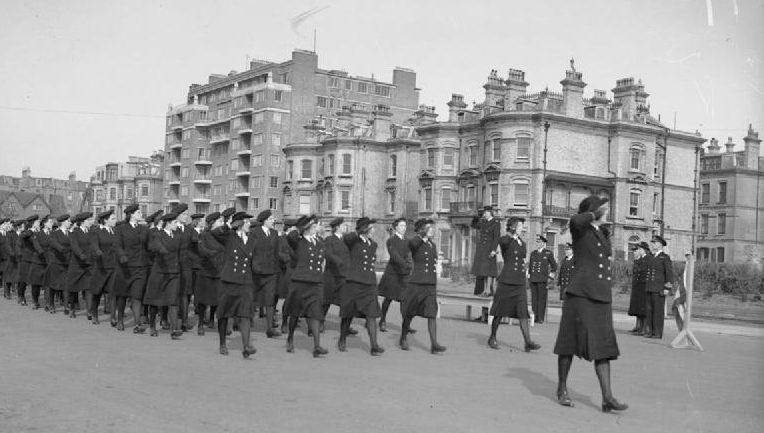 Прохождение строем служащих WRNS в Шорхэме. 1940 г.