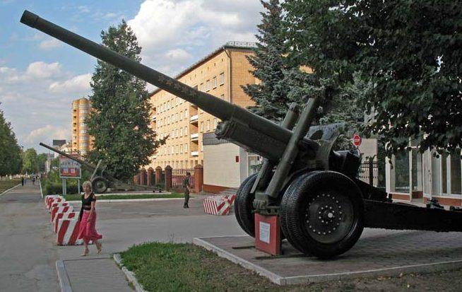 г. Тула. Корпусные 122 мм пушки у входа в Тульский артиллерийский институт.