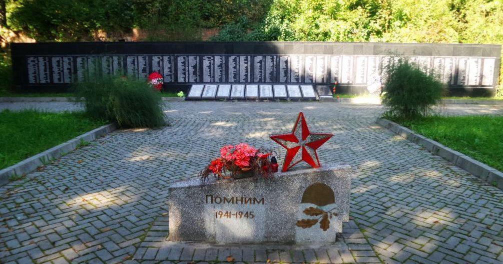 п. Фурмановка Нестеровского городского округа. Мемориал по улице Центральной, установленный в 1955 году на братской могиле, в которой похоронено 2 тысячи советских воинов, погибших в октябре 1944 года.