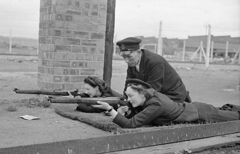 Стрелковые занятия служащих WRNS. 1940 г.