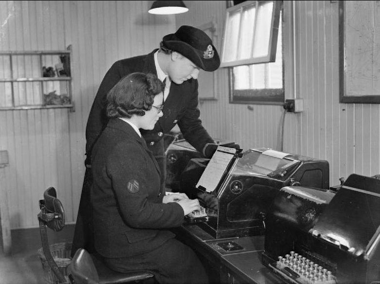 Служащие WRNS за телепринтером на военно-воздушной станции флота.1940 г.