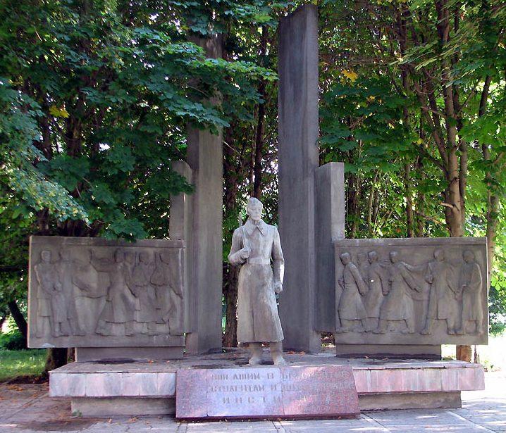 г. Тула. Памятник, установленный в 1985 году, студентам и сотрудникам Тульского политехнического института, погибшим в годы войны.