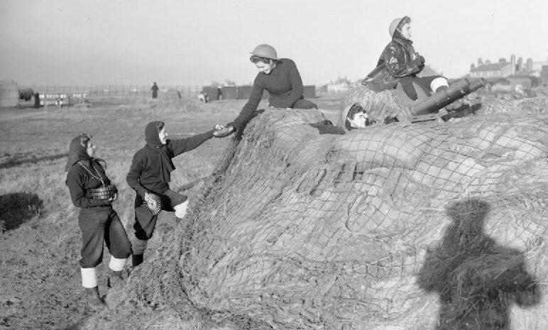 Расчет орудия из WRNS в Феликстоу. 1940 г.