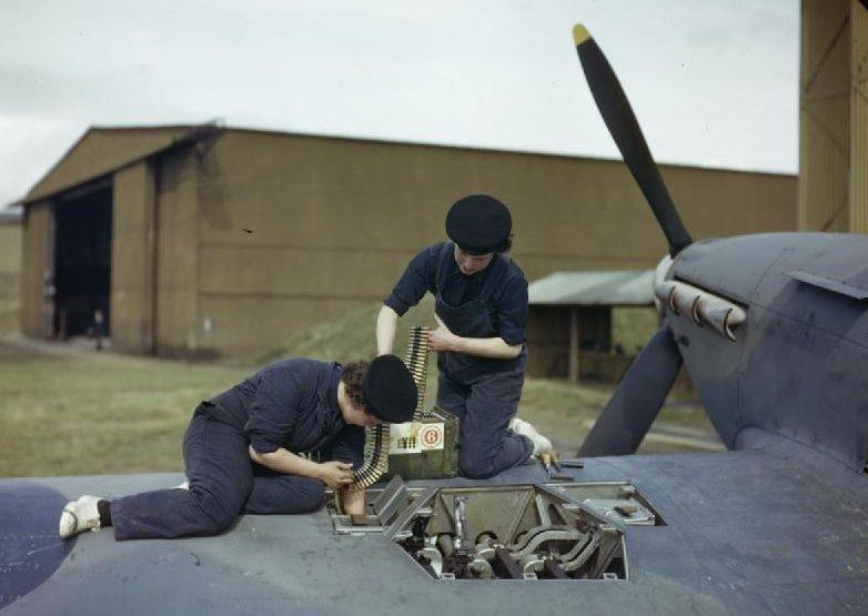 Девушки из WRNS (Женская вспомогательная служба ВМС) на обслуживании самолета. 1940 г.