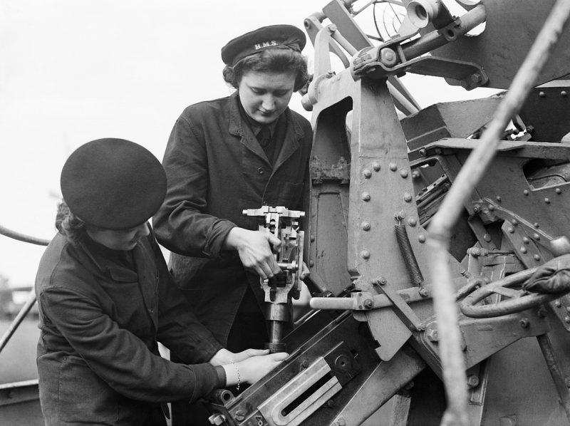 Служащие из WRNS обслуживают зенитное орудие «пом-пом». 1940 г.