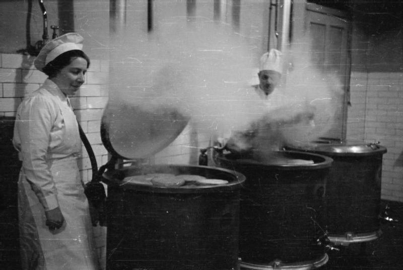 Служащие из WRNS готовят пищу на кухне военно-морской базы. 1940 г.