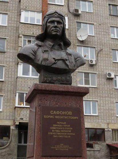 г. Тула. Бюст Героя-лётчика Бориса Сафонова, установленный на улице Демонстрации 38.