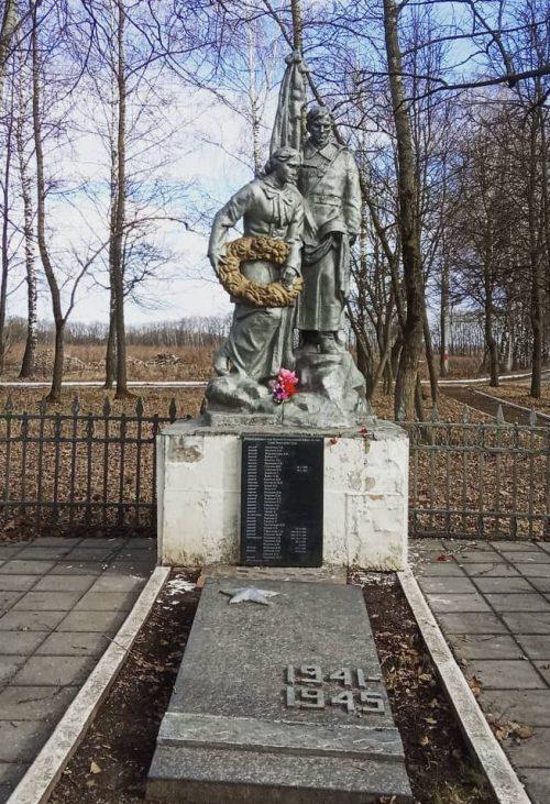 д. Большая Еловая (роща) Тульского городского округа. Памятник, установленный на братской могиле, в которой похоронены советские воины, погибшие в годы войны.