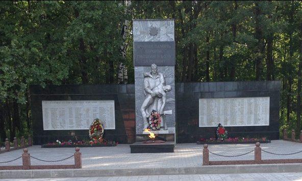 п. Ленинский Тульского городского округа. Памятник по улице Механизаторов, установленный на братской могиле, в которой похоронены советские воины, погибшие в годы войны.