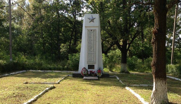 п. Ленинский-1 Тульского городского округа. Памятник, установленный на братской могиле, в которой похоронены советские воины, погибшие в годы войны.