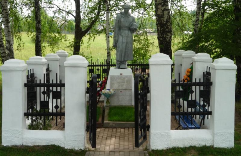 с. Лутовиново Тульского городского округа. Памятник, установленный на братской могиле, в которой похоронены советские воины, погибшие в годы войны.