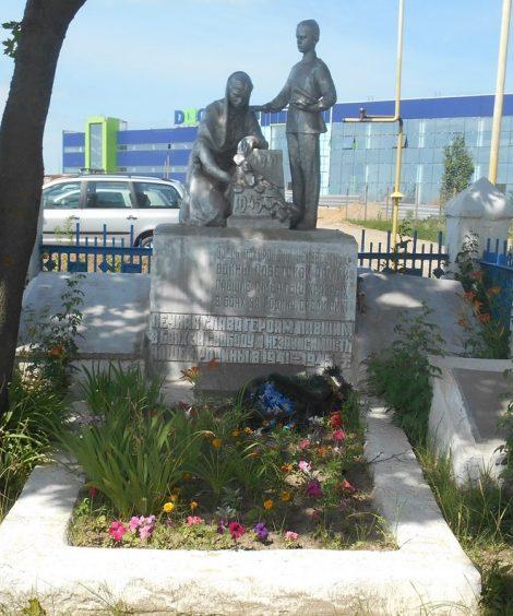 д. Нижнее Елькино Тульского городского округа. Памятник, установленный на братской могиле, в которой похоронены советские воины, погибшие в годы войны.