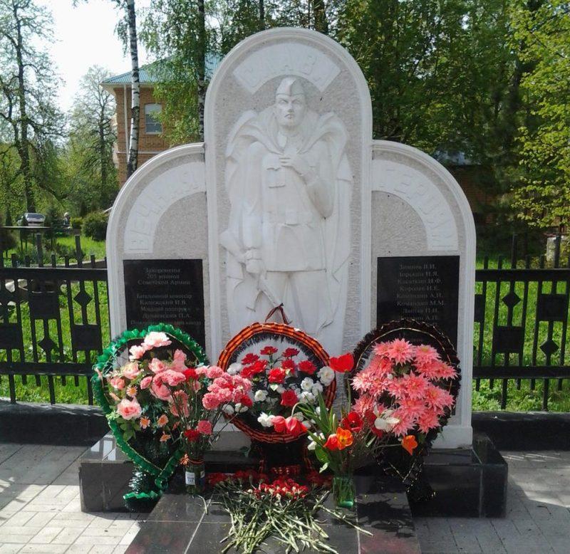 п. Петелино Тульского городского округа. Памятник, установленный на братской могиле, в которой похоронено 203 советских воина, в т.ч. 175 неизвестных, погибших в 1941 году.