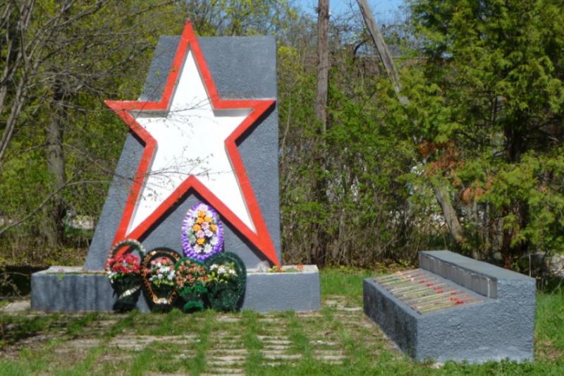 п. Прилепы Тульского городского округа. Памятник, установленный на братской могиле, в которой похоронены советские воины, погибшие в годы войны.