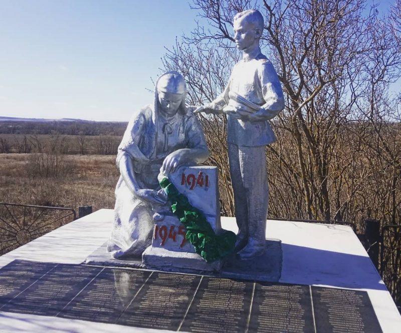 п. Сергиевский Тульского городского округа. Памятник, установленный на братской могиле, в которой похоронены советские воины, погибшие в годы войны.