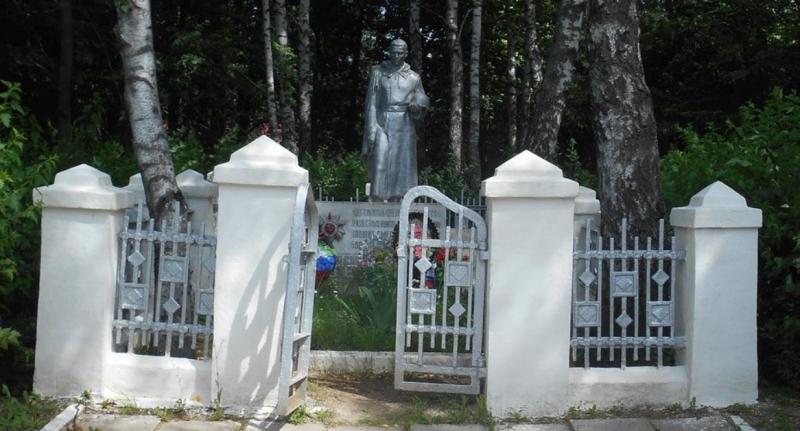 д. Струково Тульского городского округа. Памятник по улице Восточной, установленный на братской могиле, в которой похоронено 80 советских воинов, в.т.ч. 39 неизвестных, погибших в годы войны.