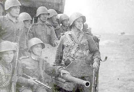 Бойцы 355-го отдельного батальона морской пехоты перед высадкой.