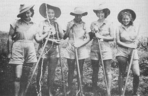 Женщины-члены AWLA на ферме Фаулерса в районе Бурдекин. 1942 г.