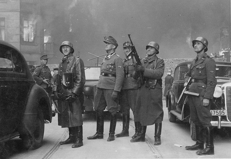 Генерал Штроп на фоне горящего гетто.