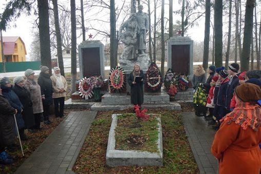 с. Пожилино Ефремовского городского округа. Памятник, установленный на братской могиле советских воинов, погибших в годы войны.