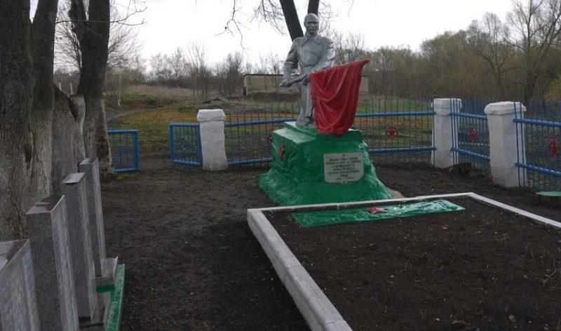 д. Березовка Новомосковского р-на. Памятник, установленный в 1957 году на братской могиле, в которой похоронены советские воины, погибшие в годы войны.
