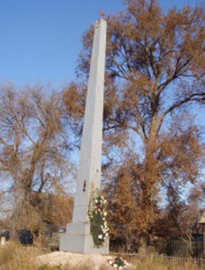 с. Образцово Травино Камызякского р-на. Обелиск, установленный в 1965 году в честь погибших земляков.