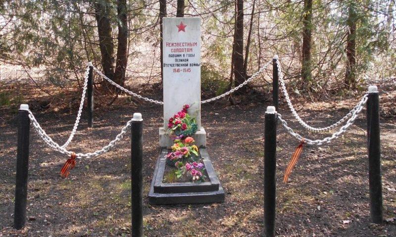 с. Б-Огарево Тепло-Огаревского р-на. Памятник, установленный в 1990 году на братской могиле, в которой похоронены неизвестные советские воины.