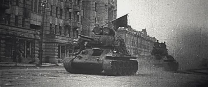 Танки 17-й гвардейской танковой бригады проезжают по Московской улице Орла.