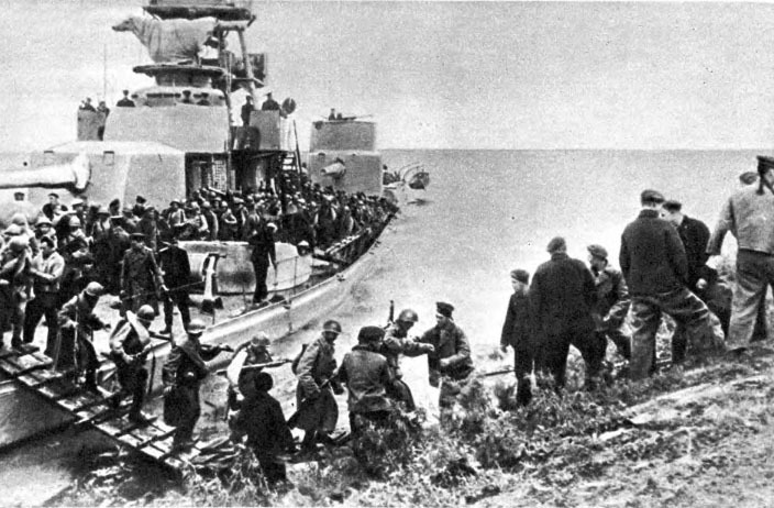 Советские войска, пересекающие Сунгари на борту монитора Амурской флотилии во время наступления.
