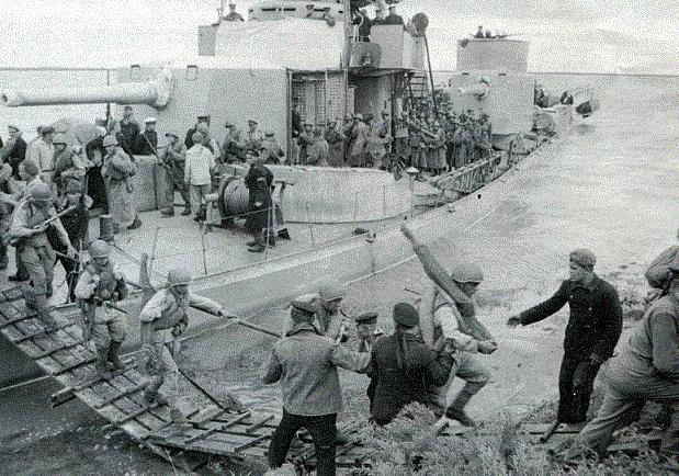 Высадка десанта Краснознаменной Амурской военной флотилии в Маньчжурии.