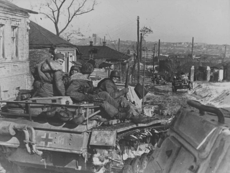 Немцы входят в город со стороны Лысой горы. Март 1943 г.