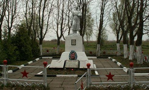 г. Донской. Памятник, установленный на братской могиле, в которой похоронены советские воины.