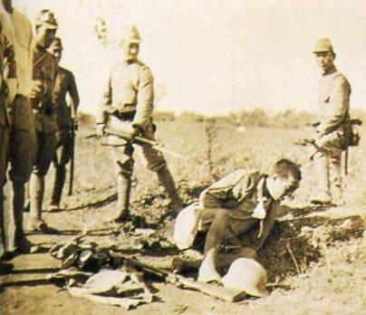 Японские военнослужащие позируют перед камерами во время убийства китайцев.