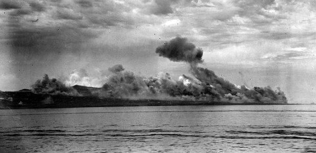 Пожары на острове после бомбардировок.