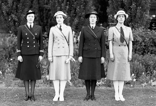 Женщины члены WRCNS демонстрируют летнюю и зимнюю форму. Оттава, 2 июля 1942 г.