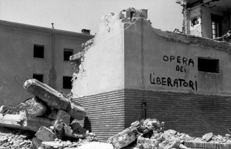 Надпись на стене разрушенного здания, переводится как «Работа освободителей».