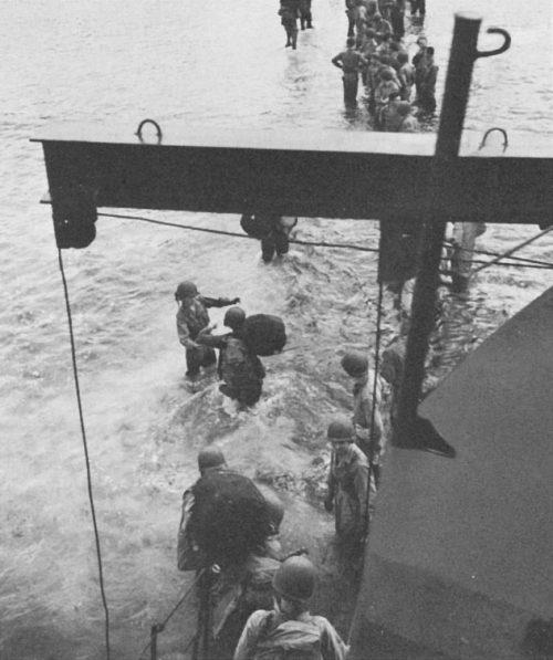 Американские войска высаживаются на острове Киривина.