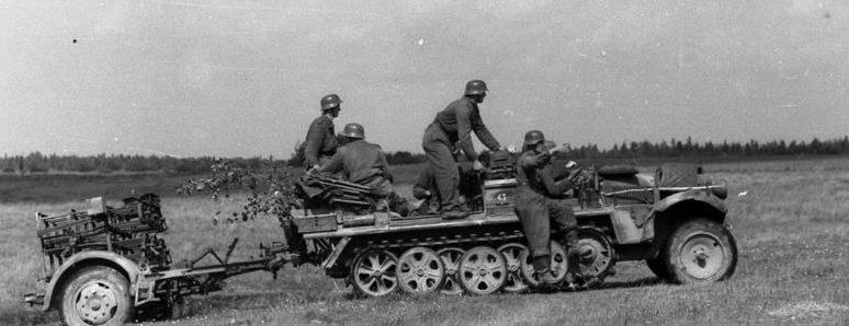 Немецкая механизированная пехота занимает огневой рубеж.
