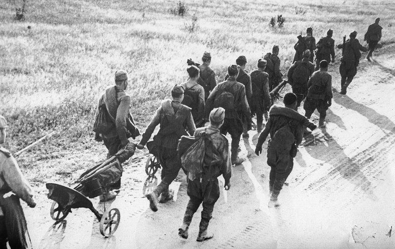 Советская пехота на подступах к Спас-Деменску.
