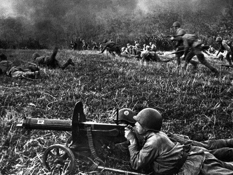 Пехота Красной Армии атакует вражеские позиции.