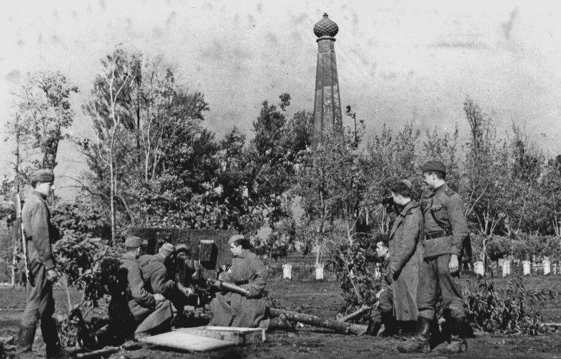 Советские артиллеристы ведут бой за город.