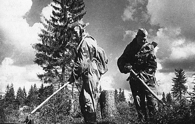Саперы разминируют местность в Ярцевском районе накануне наступления.